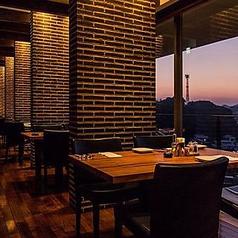 お席からは夕焼けや夜景をお楽しみください。4名様×10テーブル、2名様×3テーブル、6名様×1テーブル