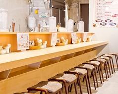 オープンキッチンのカウンター席は1人で来ても安心してゆっくり過ごすことができます。美味しい食べ方、おすすめはお気軽にスタッフまで♪