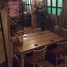 木のテーブルとイスが可愛い♪