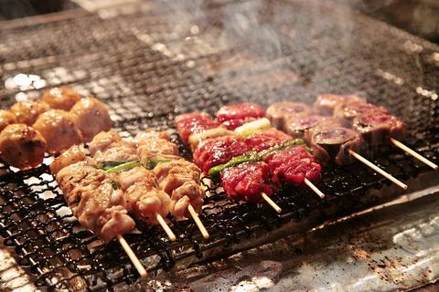 店内はゆったりと食事が楽しめる、落ち着いた雰囲気。炭焼や海鮮などメニューも豊富。