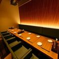 【2階の大人気個室】中規模宴会に最適な、5名~12名様向けの個室席。こちらのお席は1席限定で人気なお席です。お勤め先での食事会、ご家族との会食などに最適です。清潔感があり安らぐ空間で「牛タン」を楽しめます。こちらのお席とお座敷まとめてのフロア貸切も可能ですので、団体様のご利用もお待ちしております。
