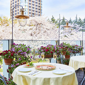 最高のロケーションの中お食事を楽しめるテラス席。四季折々の景色をお楽しみください。