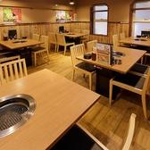 ≪最大24名様:2階テーブル席≫全席無煙ロースター付!焼肉・浜焼メニューもOK!4~5名様で座れるお席が5つあり、小宴会や宴会、女子会にお勧め。浜焼や焼肉が出来る無煙ロースター付きですので、目の前で焼きながら仲間とワイワイ料理を楽しむ事も可能です。