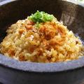 料理メニュー写真日本でも石焼ビビンバの石で提供する、元祖つしま亭の石焼うにチャーハン。