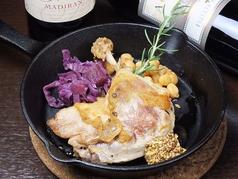 料理メニュー写真骨付き鴨モモ肉のコンフィ
