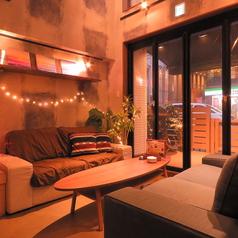 【1階◎ソファー】4名様のお席もございます。サーフボードや観葉植物もあり、南国気分でお酒も進みます。