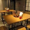 テーブル席とカウンター席。仕事帰りや終電前の一杯に使いやすいバル形式。