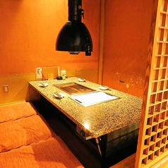 広々とゆったりとした掘りごたつ座敷の個室。会社宴会、気軽な飲み会、歓送迎会など幅広いシーンに対応OKです。120分飲み放題付きコースは4000円~ご用意!