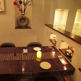 オリエンタルな落ち着いた雰囲気のテーブル席