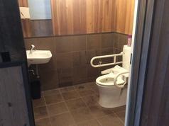 車椅子用お手洗いあり(1階)他に1階2つ、2階に1つのお手洗いを完備。