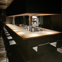 調理風景を見ながらお食事を楽しむこともできるカウンター席。デートや友人との語らいに。静かな雰囲気でお酒を楽しむことができます。