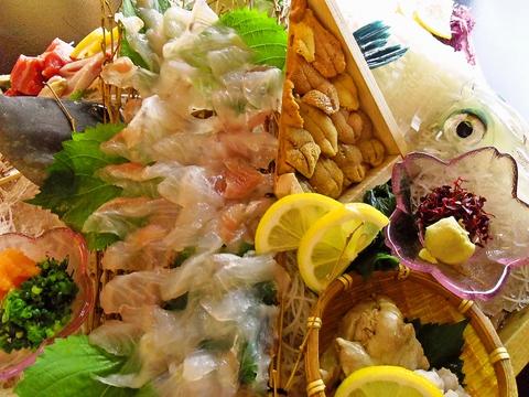 志賀島のゆったりした時間と海の幸を楽しめる。生け簀にも豊富な魚。