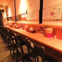 ▼お一人様でもご安心!気軽にご利用いただけるカウンター席です。壁には芸能人のサインがびっしり♪