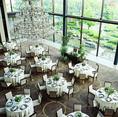 最大140名収容のメインダイニング シャンデリア輝くラグジュアリー空間でパーティー、宴会はいかがでしょうか。普段は結婚式場のため大人数のお集まりもおまかせください。貸切可能人数 16名様 ~200名様