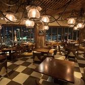 【ダイニングスペース/テーブル席】落ち着いて食事をしながら夜景も楽しめます。メインダイニングは、どのお席からも神戸の夜景が目に入ります。お仲間とのお食事会や女子会で、落ち着いて食事を楽しみたいときは、ダイニングスペースをご利用ください。