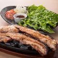 料理メニュー写真やわらか豚ばら焼き 巻いて食べるスタイル