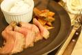 料理メニュー写真道内産牛ローストビーフ レフォールソース