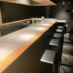 シックで落ち着いた雰囲気の店内。カウンター席は間隔が広いので、ゆったりとお寛ぎいただけます。厨房が目の前にあるため、香り立つ焼き鳥や料理のにおいに食欲が一層そそられます。