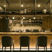 大人のデートにオススメのカウンター席。調理風景を目で楽しめます。