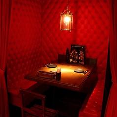 真っ赤な壁、カーテンに囲われた斬新なデザインの半個室は要予約!(2名様用)