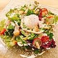 料理メニュー写真蒸し鶏と温泉卵のシーザーサラダ