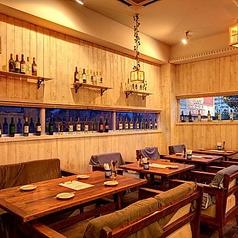 天井が高く、余裕のある席配置がいちゃりばStyle。テーブル席は、広々とした空間にマッチした木の温もりを感じることができます。全身を包み込むようなクッションの効いたソファは座り心地抜群!ご家族・カップルでのお食事でもグループ様での宴会にもおすすめです!ソファー席貸切は8名様~OK!