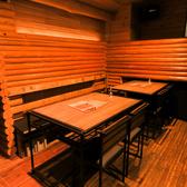 6名様用ソファー席×1、4名様用テーブル席×2、ソファー席の広々空間。