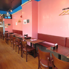 広々したフロアにテーブルを複数台ご用意しております。人数に合わせたレイアウトが可能です。