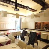【2階会場・サーラ】通常は4名x7席、2名x1席のメインレストランフロア。最大で40名様までの貸切パーティーでご利用できます。平日のランチご利用でもご好評です。プロジェクター、スクリーン、マイク、カラオケ、ビンゴも完備。レストランウェディングの二次会にもお勧め。