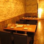 1Fテーブル席は炉端の臨場感を楽しめる人気席!