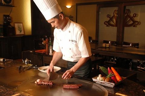 港のステーキハウス。目の前の鉄板上で調理するシェフのナイフさばきは職人技!