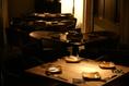 3Fのテーブル席。広々と見渡せるフロアはまるで和風リストランテのよう。重厚なチェアは座りごこちも最高です。このフロアで30~40名様まで貸切できます。