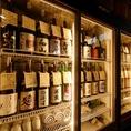 【不活性ガスを使用した独自の抽出システム】で全国津々浦々40種類の銘酒を最高に良い状態でご提供できるお店です。入口には当店の取り組みにご賛同いただいた玉旭酒造より酒蔵の魂とも呼べる『杉玉』をお譲りいただきました。
