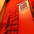 赤と木材で統一された中国感溢れる店内