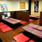 掘りごたつのお席もございます。足を楽にして楽しめますよ!気の合う仲間と楽しい時をお過ごしください。