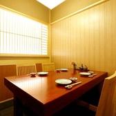 最大12名様でご利用可能なテーブル個室です。丸々貸し切り、プライベートなご宴会が実現します。広々とした店内で、こころゆくまでお楽しみ下さい。少人数個室としてレイアウト変更が可能なので3名様からご利用になれます。