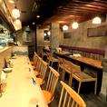 ウッドベースのぬくもりのある空間をイメージかわいいタイル貼りのカウンター♪目の前でおいしい料理が出来上がります!