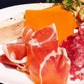 料理メニュー写真生ハム&チーズ盛り合わせ