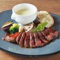 料理メニュー写真国産牛と温野菜のチーズフォンデュ風
