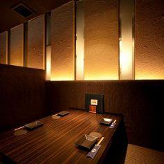 ◇3~4名様におすすめのお席◇2~3人での飲み会にも◎落ち着いた和ダイニング空間。ほんのりと薄暗い店内を柔らかな照明が照らします。雰囲気とともに楽蔵の和食料理と日本酒をお楽しみください。男女、年齢の隔たりなくお寛ぎ頂ける空間です。半個室席でのご案内の場合がございます。