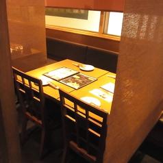 仕事終わりにふらっと寄りやすい駅近立地ならではのテーブル席。サクッと飲みにはこの席がおすすめ♪広いテーブルはご家族やデート、ご友人との飲み会などにピッタリ!単品メニューから食べ飲み放題コースも充実しているので、場面に合わせてご利用いただけます♪