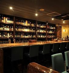 大人の雰囲気が漂う店 ウイスキー&ワインの宝庫