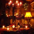 一階席はテーブル席、カウンター席をご用意。温かみのある空間となっており、ゆっくりとお過ごし頂けます。クリスマス時期は彩も鮮やかな雰囲気に。