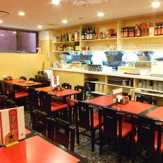店内は赤を基調としたテーブルが特徴的な落ち着いた雰囲気。お1人様はもちろん、デートやご友人とのお食事などにぜひご利用ください!