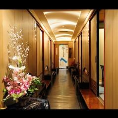 旅館の趣感じる廊下から各個室へとご案内致します
