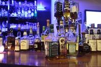 カウンターにずらりと並ぶお酒の数々