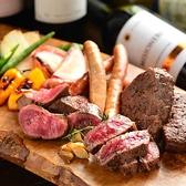 リーズナブルにお肉を味わえる肉バル!!人気は熟成肉ステーキウッシーナ盛り!当店おすすめの熟成肉のステーキを100gずつ盛り合わせ♪色んな部位を楽しめるお得な肉盛りです!おすすめの熟成牛ハラミステーキは、USの上級グレードのプライムを使用。脂身は少な目ですがとっても柔らかいと評判です!