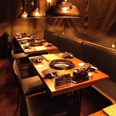 横に一列に並んだテーブル席は最大16名までご利用して頂けます。カーテンで分ける事も出来るので2名様でも気兼ねなくご利用して頂きます。小中規模の各種宴会で人気のお席です。2~16名対応