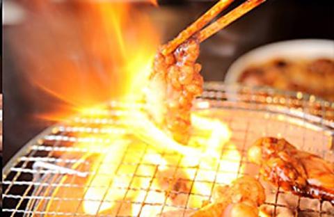 松阪牛のホルモンや塩タンを炭火焼で味わえる!お酒のメニューも豊富。