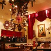 高い天井にきらめくシャンデリアの灯り、白い壁、そして本格的なアンティークの数々が皆様に非日常の時間を提供致します。